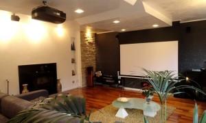 Progettazione, fornitura e installazione Bensotech Srl. Vista sistema audio video con schermo aperto