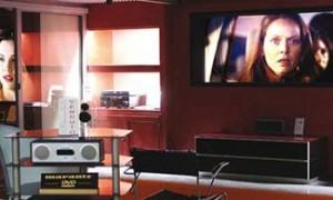 Sala Home Cinema con TV e schermo a scomparsa